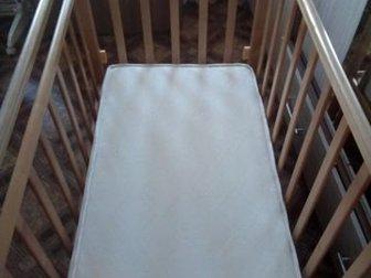 Классическая маятниковая, кроватка,  В отличном состоянии, все работает,  Бонусом хороший матрас, со съемным для стирки чехлом и простынью с резинкой, детская подушечка, в Артеме