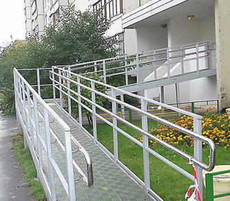 Фотография в   Для облегчения перемещения инвалидов создаются в Барнауле 3200
