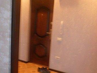 Светлая, просторная, теплая, не угловая,  Новая входная и межкомнатные двери, пл, окна, с/у раздельный, полностью поменяна эл,  проводка, установлен новый радиатор в Бийске