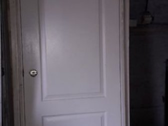 Отличные двери в коробках и с замками   на все двери наличник, 1?80 со стеклом, 1?80 глухая, 1?60 глухая,  Окрашены в белый цвет, состояние отличное,  Могу привезти, в Бийске