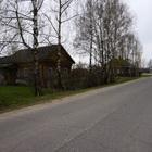 Бревенчатый дом в жилом селе