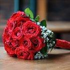 Коробки из красных роз и подарки в дополнение