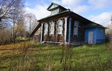 Бревенчатый дом в тихой деревне