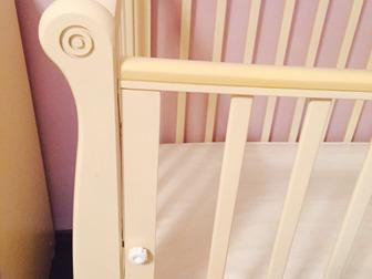 Кроватка как новая ,пользовались очень мало!цвет слоновая кость,на колесиках!большой вместительный ящик,продам с дорогим ортоптическим матрасом  (стоил 5000 тыс, в Новосибирске