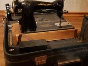 Швейная машина в рабочем состоянии, Упакована в кожаный чемодан, в Новосибирске