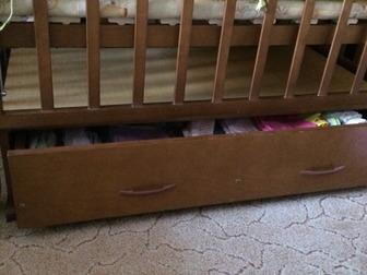 Кроватка деревянная с маятником и с выдвижным ящиком продается вместе с матрацом (кокосовый наполнитель), балдахином (на фото нет, т, к,  уже давно сняли) и комплектом в Новосибирске
