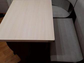 Продам кухонный уголок,диванчик угловой,стол раскладывается и две табуретки в Новосибирске