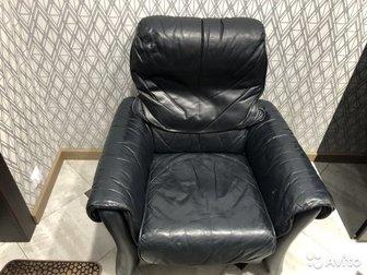 Продам кресло из натуральной кожи с откидывающей спинкой и регулируемым подголовником производства Финляндии в Новосибирске