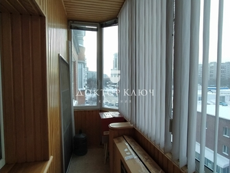 Предлагается к продаже просторная двухкомнатная квартира в доме с классической кирпичной кладкой,  Дом огорожен, установлен шлагбаум, во дворе новая детская площадка, в Новосибирске