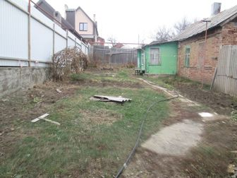 Продаётся ровный участок 5 соток со всеми коммуникациями: газ, вода, электричество,  Въезд на несколько машин,  На участке имеются постройки,  Есть жилой дом, который в Ростове-на-Дону