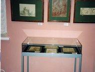 витрина отдельностоящая пылезащищенная со стеклянным колпаком для музеев и выста