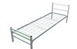 Простая металлическая кровать с квадратными