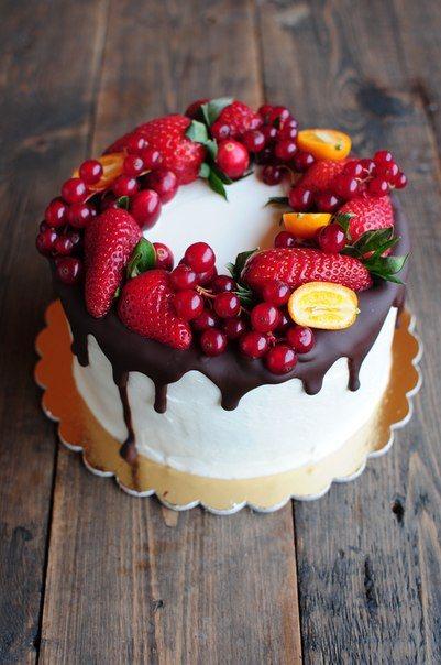 Детский торт украшенный ягодами